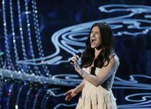 "Idina Menzel apresenta a música ""Let it Go"", de Robert Lopez e Kristen Anderson-Lopez, do filme ""Frozen"", nesta segunda-feira, em Los Angeles. 03/03/2014 REUTERS/Lucy Nicholson"