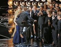"""El director Steve McQueen salta luego de aceptar el Oscar a mejor película por su trabajo en """"12 Years a Slave"""" en la octogésima sexta entrega de los premios de la Academia de Artes y Ciencias Cinematográficas de Estados Unidos en Hollywood, California, 2 de marzo del 2014. REUTERS/Lucy Nicholson"""