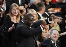 """O diretor britânico e produtor de """"12 Anos de Escravidão"""" Steve McQueen comemora ao receber o prêmio de melhor filme do ano, em Los Angeles, nesta segunda-feira. 03/03/2014 REUTERS/Lucy Nicholson"""