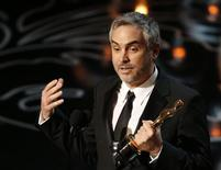 """El mexicano Alfonso Cuarón acepta el Oscar a mejor director por la cinta """"Gravity"""" en la octogésima sexta entrega de los premios de la Academia de Artes y Ciencias Cinematográficas de Estados Unidos en Hollywood, California, 2 de marzo del 2014. REUTERS/Lucy Nicholson"""