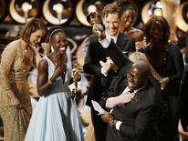 """Режиссер и продюсер фильма """"112 лет рабства"""" Стив Маккуин после получения премии """"Оскар"""" на церемонии в Голливуде 2 марта 2014 года. Драма """"12 лет рабства"""" получила премию """"Оскар"""" в номинации """"Лучший фильм"""", став первой лентой чернокожего режиссера, удостоившейся подобной награды за 86 лет. REUTERS/Lucy Nicholson"""