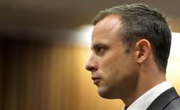 """Pistorius durante seu julgamento na Suprema Corte de North Gauteng em Pretória. A primeira testemunha do julgamento em que Oscar Pistorius é acusado de assassinato disse ao tribunal nesta segunda-feira ter ouvido """"gritos aterradores"""" de uma mulher que foram seguidos por tiros, em uma abertura dramática no caso que pode colocar um dos mais admirados esportistas do mundo na prisão perpétua. 03/03/2014 REUTERS/Herman Verwey/Pool"""