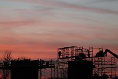 Trabalhores erguem um andaime em um novo projeto residencial em Maryland. Os gastos com construção nos Estados Unidos subiram inesperadamente em janeiro uma vez que um aumento nos projetos particulares compensou uma queda nos gastos públicos em um sinal esperançoso para o crescimento neste trimestre. 01/03/2014 REUTERS/Gary Cameron