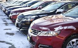 Carros da Chevrolet fabricados pela General Motors vistos alinhados e à venda em uma concessionária em Wheat Ridge, no Colorado. As vendas de veículos nos Estados Unidos em fevereiro superaram as estimativas do mercado, impulsionadas por fortes incentivos que conseguiram atrair compradores para as lojas apesar do clima frio. 06/02/2014 REUTERS/Rick Wilking