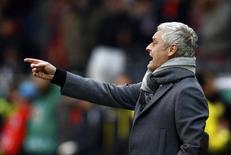 O técnico do Eintracht Frankfurt, Armin Veh, durante uma partida contra o Borussia Dortmund pela quarta de final do campeonato alemão, em Frankfurt. Veh decidiu não renovar seu contrato com o clube alemão e irá deixá-lo no final da temporada. 11/02/2014 REUTERS/Ralph Orlowski