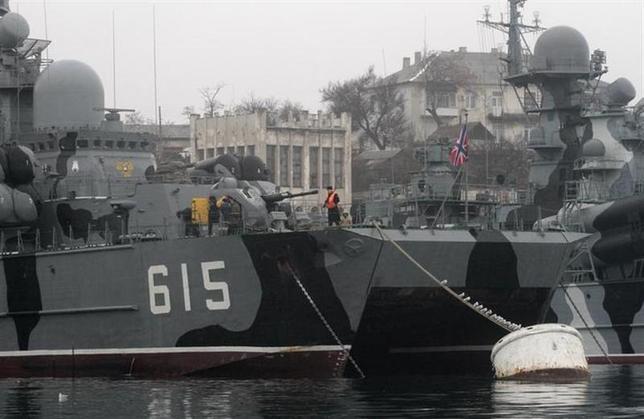3月3日、ロシアの黒海艦隊はクリミア半島に駐留しているウクライナ軍に対し、日本時間4日正午までに投降しない場合は攻撃すると通達した。写真はクリミア半島に停泊するロシア艦船。2月撮影(2014年 ロイター)