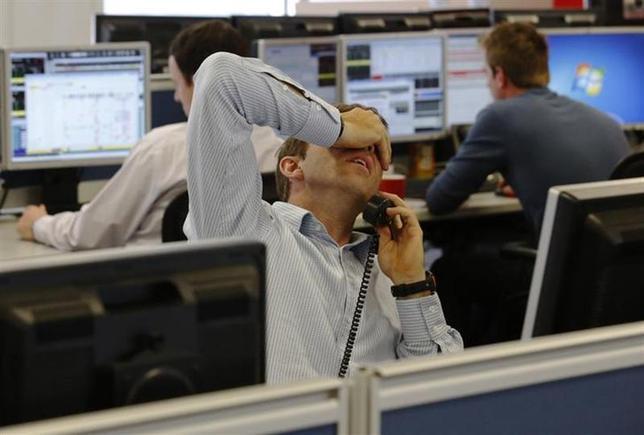 3月3日、ロンドン株式市場は大幅続落し2週間ぶり安値に沈んだ。写真はロンドンのディーリングルームで2013年8月撮影(2014年 ロイター/Luke MacGregor)