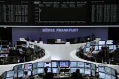 Трейдеры на торгах фондовой биржи во Франкфурте-на-Майне 4 марта 2014 года. Европейские фондовые рынки растут после значительных потерь накануне, в основном благодаря акциям банков и сырьевого трейдера Glencore. REUTERS/Remote/Stringer