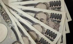 Unos billetes de 10.000 yenes en Tokio, ago 2 2011. El dólar y el euro subían frente al yen el martes luego de que indicios de que Rusia podría estar tratando de evitar una escalada de su despliegue militar en Ucrania frenaban la búsqueda de monedas consideradas como refugio. REUTERS/Yuriko Nakao
