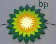 El logo de BP en una gasolinera de la firma en San Petersburgo, Rusia, oct 18 2012. La petrolera británica BP dijo estar considerando sus opciones, después de que una corte de apelaciones de Estados Unidos rechazó su demanda que buscaba bloquear los intentos de recuperación de dinero por el derrame en el Golfo de México. REUTERS/Alexander Demianchuk/Files