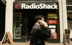 Una tienda de la minorista estadounidense RadioShack Corp en la calle Market Street de San Francisco, abr 28 2008. El minorista estadounidense RadioShack Corp reportó el martes una mayor pérdida trimestral y dijo que cerrará hasta 1.100 tiendas tras una fuerte caída de sus ventas durante las fiestas de fin de año, lo que provocó un desplome de sus acciones. REUTERS/Robert Galbraith