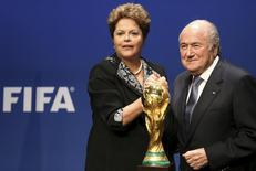 A presidente Dilma Rousseff posa para fotos com o presidente da Fifa, Joseph Blatter, depois de fazer um pronunciamento na sede da entidade em Zurique. Faltando cem dias para o início da Copa do Mundo do Brasil, os problemas com as sedes estão sob controle, disse Blatter nesta terça-feira. 23/01/2014 REUTERS/Thomas Hodel