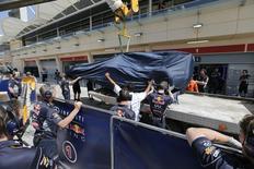 """Um carro da equipe Red Bull Racing é levado de volta ao pit depois de ter parado durante o quarto dia do último teste pré-temporada no Circuito de Bahrain, em Sakhir. A Renault fez algum progresso em eliminar os problemas de motor que arruinaram os testes de pré-temporada da Fórmula 1, mas chegará à primeira corrida, o Grande Prêmio da Austrália, com dúvidas sobre preparativos """"incompletos"""". 02/03/2014 REUTERS/Hamad I Mohammed"""