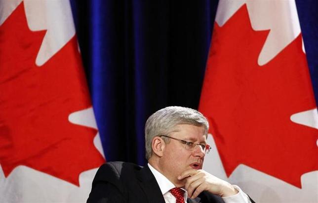 3月4日、カナダのハーパー首相は主要8カ国(G8)のロシアを除いた日米欧7カ国(G7)が近く会合を開催するかどうか協議していると明らかにした。写真は3月3日、トロントで会議に出席する同首相(2014年 ロイター/Aaron Harris)