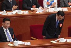 O premiê chinês Li Keqiang se curva próximo ao presidente Xi Jinping durante a cerimônia de abertura da sessão anual do Parlamento em Pequim. A China emitiu o mais claro sinal até agora de que os dias de crescimento econômico estonteante chegaram ao fim, ao prometer travar uma guerra contra a poluição e reduzir o ritmo dos investimentos ao menor nível em uma década para buscar uma expansão mais sustentável. 05/03/2014 REUTERS/Barry Huang