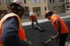 Trabalhadores espalham asfalto em uma rua de San Francisco. Os empregadores do setor privado dos Estados Unidos abriram 139 mil vagas de trabalho em fevereiro, abaixo das expectativas de economistas, e as aberturas do mês anterior foram revisados para baixo, mostrou nesta quarta-feira relatório da ADP, uma processadora de folhas de pagamentos. 02/06/2010 REUTERS/Robert Galbraith