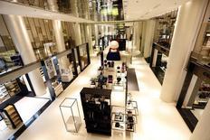 Vista geral do piso térreo de uma loja de departamento no shopping Carrousel du Louvre, no Louvre em Paris. As vendas no varejo da zona do euro mostraram uma recuperação muito mais forte do que o esperado em janeiro, de acordo com dados divulgados nesta quarta-feira pela agência de estatísticas da União Europeia, a Eurostat. 13/01/2014 REUTERS/Charles Platiau