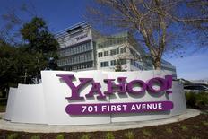 Un anuncio de Yahoo! en su casa matriz de Sunnyvale, EEUU, feb 1 2008. Yahoo dejará de permitir a los consumidores el acceso a varios servicios online, como Fantasy Sports y el sitio de intercambio de fotos Flickr, con sus usuarios de Facebook o Google. REUTERS/Kimberly White