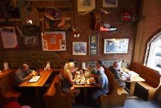 Unas personas cenan en el restaurante Jack's Barbecue en Nashville, EEUU, jun 19 2013. El crecimiento y el ritmo de contrataciones en el sector de servicios de Estados Unidos se desaceleraron en febrero, mostró el miércoles un reporte de la industria, aunque ejecutivos del sector dijeron que el clima inusualmente frío era en parte responsable por la interrupción en la actividad económica. REUTERS/Harrison McClary