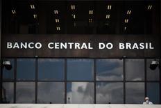 """Um homem sai da sede do Banco Central, em Brasília. O Banco Central repetiu nesta quinta-feira que """"em momentos como o atual"""", a política monetária deve se manter especialmente vigilante"""", mas ponderou que os efeitos dela são cumulativos e ocorrem com defasagens. 15/01/2014 REUTERS/Ueslei Marcelino"""