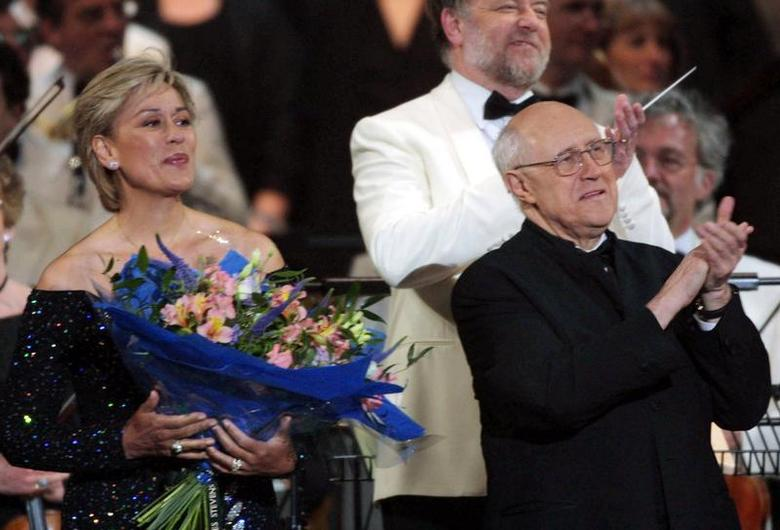 Dame Kiri Te Kanawa, (L) and Mstislav Rostropovich on stage at the end of the ''Prom At The Palace'' concert in the grounds of London's Buckingham Palace as part of Britain's Queen Elizabeth II Golden Jubilee celebrations June 1, 2002. REUTERS/Alastar Grant
