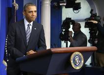 Президент США Барак Обама выступает с речью в Белом доме в Вашингтоне 6 марта 2014 года. Президент США Барак Обама призвал главу РФ Владимира Путина принять условия предполагаемого дипломатического урегулирования ситуации на Украине в часовом телефонном разговоре, Путин вновь сказал, что Россия действует в рамках международного права. REUTERS/Jonathan Ernst