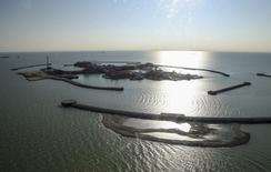 Искусственные острова на месторождении Кашаган в Каспийском море 16 октября 2013 года. Департамент экологии по Атырауской области Казахстана хочет взыскать ущерб на сумму 134,2 миллиарда тенге ($737 миллионов) с консорциума NCOC, разрабатывающего гигантское месторождение Кашаган в Казахстане за загрязнения в результате аварии, которая остановила добычу, говорится в сообщении министерства окружающей среды и водных ресурсов страны. REUTERS/Stringer