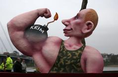 Карикатурное изображение президента РФ Владимира Путина на карнавале в Дюссельдорфе 3 марта 2014 года. Немецкая общественность проявляет мало энтузиазма по поводу введения экономических санкций против России за её вторжение на Украину, хотя поддерживает новые власти в Киеве и сомневается в президенте России Владимире Путине, показал социологический опрос. REUTERS/Ina Fassbender
