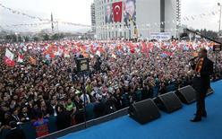 El primer ministro turco Tayyip Erdogan durante un acto del oficialista Partido AK en Malatya, mar 6, 2014. El primer ministro turco, Recep Tayip Erdogan, dijo que Turquía podría prohibir Facebook y YouTube tras las elecciones municipales del 30 de marzo, diciendo que sus enemigos políticos han abusado de la red social y de la página de videos. REUTERS/Umit Bektas