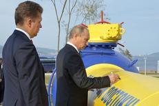 Премьер-министр России Владимир Путин и глава Газпрома Алексей Миллер на церемонии пуска газопровода во Владивостоке 8 сентября 2011 года. Российская газовая монополия Газпром не получила от Украины февральский платеж за газ, что может привести к отмене газовой скидки, которой Киев добивался несколько лет. REUTERS/Yuri Maltsev