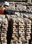 Trabajador revisa envío de cobre en refinería Ventanas de Codelco, Ventanas, abr 16, 2012. El valor de las exportaciones de cobre de Chile escaló un 22,5 por ciento interanual en febrero, a 3.794 millones de dólares, según datos entregados el viernes por el Banco Central. REUTERS/Eliseo Fernández