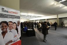 Pessoas participam de uma feira de empregos em Detroit. A criação de empregos nos Estados Unidos acelerou mais do que o esperado em fevereiro, aliviando temores de uma desaceleração abrupta no crescimento econômico e mantendo o Federal Reserve, o banco central do país, em seu caminho de redução do estímulo monetário. 01/03/2014 REUTERS/Joshua Lott