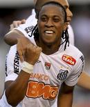 Arouca, voltante do Santos durante partida pelo time, em 2011. O jogador foi vítima de agressão racista por parte da torcida do Mogi Mirim após partida na quinta-feira. 15/05/2011 REUTERS/Paulo Whitaker