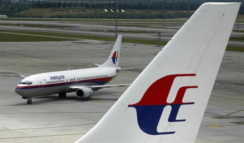 An aircraft of Malaysian Airline System taxis on the tarmac at Kuala Lumpur International Airport in Sepang outside Kuala Lumpur February 26, 2007. REUTERS/Bazuki Muhammad