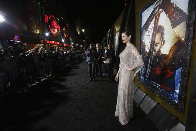 3月9日、北米映画興行収入ランキングは、アクション映画「300帝国の進撃」が4500万ドルで初登場首位を飾った。写真は4日にハリウッドで行われたプレミア試写会で撮影に応じる出演者のエバ・グリーン(2014年 ロイター/Mario Anzuoni)