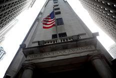 Wall Street a ouvert en léger recul lundi en raison de statistiques décevantes en Chine qui ont tempéré l'enthousiasme déclenché vendredi par le net rebond des créations d'emplois en février aux Etats-Unis. L'indice Dow Jones perd 0,22%, le Standard & Poor's 500 0,11% et le Nasdaq Composite est stable à 4.336,43 points. /Photo d'archives/REUTERS/Eric Thayer