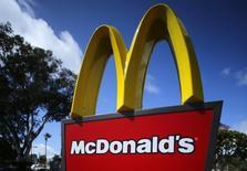 Um totem de um restaurante do McDonald's na Califórnia. O McDonald's divulgou nesta segunda-feira uma queda maior que a esperada nas suas vendas globais comparáveis em fevereiro, afetado pela concorrência e por más condições climáticas nos Estados Unidos. 16/04/2013 REUTERS/Mike Blake