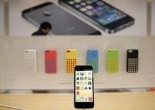 Um novo iPhone 5C da Apple exibido em uma Apple Store em Tóquio. A Japan Display, maior fabricante de telas para tablets e smartphones do mundo, definiu o preço de sua abertura de capital no menor preço da faixa indicativa depois que investidores estrangeiros receberam a oferta friamente. 20/09/2013 REUTERS/Toru Hanai