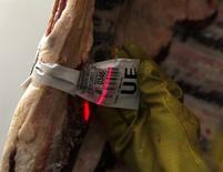Um funcionário verifica a identificação de uma vaca abatida no abatedouro do Grupo Marfrig em Promissão. A Marfrig Alimentos, segunda maior processadora de carne bovina no Brasil, vê um cenário externo favorável e estuda a abertura de capital de suas unidades no exterior como forma de acelerar seu crescimento orgânico e reduzir o endividamento da companhia, disse o presidente executivo da companhia nesta segunda-feira. 07/10/2011 REUTERS/Paulo Whitaker