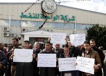 Funcionários da Waha Oil Company protestam contra a venda de petróleo a um navio com bandeira da Coreia do Norte no porto de Es Sider, em Trípoli. REUTERS/Ismail Zitouny