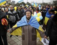 Участники проукраинского митинга в Симферополе 9 марта 2014 года. Всемирный банк планирует предоставить Украине в этом году до $3 миллиардов, чтобы поддержать новые власти переживающей кризис страны, хотя лишь часть этой суммы будет направлена на новые программы. REUTERS/Thomas Peter