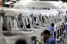 Unos trabajadores en la línea de ensamblaje de vehículos Kombi de Volkswagen en Sao Bernardo do Campo, Brasil, dic 9 2013. La producción de vehículos en Brasil creció en febrero tras el regreso de los trabajadores de las automotrices a sus labores tras su descanso, aunque la producción en el año a la fecha sigue estando bajo los niveles vistos en 2013, ante el rezago del crecimiento de la principal economía de América Latina. REUTERS/Paulo Whitaker