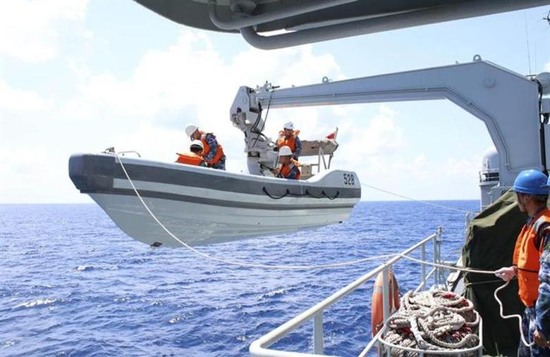A search boat carrying rescue workers is set down from Mianyang warship on the waters suspected to be the site of the missing Beijing-bound Malaysia Airlines flight MH370 in this March 10, 2014 photo provided by China News Service. Picture taken March 10, 2014. REUTERS/CNS Photo