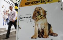 Мужчина проходит мимо отделения Билайн в Ставрополе 14 мая 2013 года. Власти Нидерландов расследуют уголовное дело в отношении телекоммуникационного оператора Вымпелком, штаб-квартира которого находится в Амстердаме. REUTERS/Eduard Korniyenko