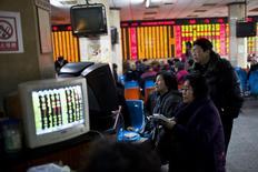 Инвесторы в брокерской конторе в Шанхае 4 марта 2014 года. Азиатские фондовые рынки снизились до минимальных отметок за несколько недель на фоне падения цен на сырье. REUTERS/Aly Song