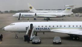 Самолет президента Украины Виктора Ющенко (на первом плане) в аэропорту Борисполь под Киевом 2 октября 2008 года. Авиакомпании рассчитывают теперь заработать в нынешнем году на $1 миллиард меньше, чем ожидали прежде, из-за роста цен на топливо в результате ситуации на Украине, сообщила в среду Международная ассоциация воздушного транспорта (IATA). REUTERS/Alexander Prokopenko/Pool