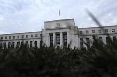 El edificio de la Reserva Federal en Washington, jul 31 2013. La Reserva Federal de Estados Unidos comenzaría a subir las tasas de interés en el tercer trimestre del próximo año, en la medida que caiga la tasa de desempleo y la economía trace un nuevo sendero de expansión más fuerte, mostró un sondeo de Reuters entre economistas. REUTERS/Jonathan Ernst