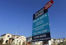 Unas viviendas unifamiliares a la venta en San Marcos, EEUU, oct 25 2013. Las solicitudes de hipotecas inmobiliarias de Estados Unidos bajaron en la última semana, ya que las tasas de interés aumentaron, dijo el miércoles la Asociación de Banqueros Hipotecarios (MBA, por sus siglas en inglés). REUTERS/Mike Blake