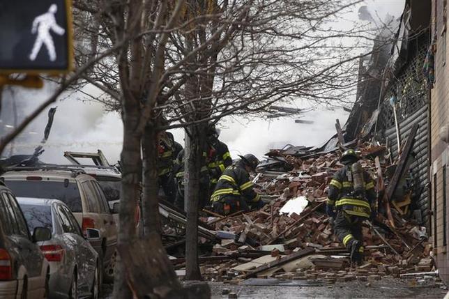 3月12日、米ニューヨーク市内でビル2棟が倒壊し、2人が死亡、少なくとも22人が負傷した。写真は現場でがれきのなかを捜索する消防隊員ら。同日撮影(2014年 ロイター/Shannon Stapleton)
