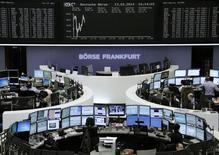 Помещение Франкфуртской фондовой биржи 13 марта 2014 года. Европейские фондовые рынки растут после двухнедельного падения, но акции британских розничных сетей дешевеют. REUTERS/Remote/Stringer
